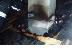 Gaseći požar na kući vatrogasac pao s krova