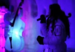 Bend koji svira na instrumentima od leda