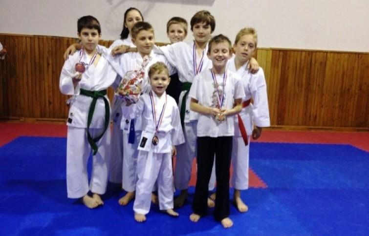 Uzrast karatista KK Globusa do 15 godina starosti u Varaždinu se izborio za  ukupno 10 medalja 4dc54941da