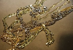 Muškarac našao zlatnu narukvicu pa ga prevario lažni urar